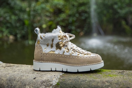 M130 Gold boots